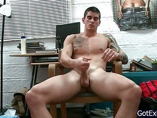 Amazing muscled and tattoed hunk wanking